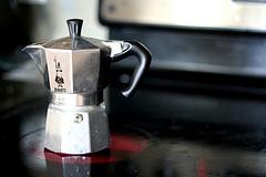 Es muss nicht immer der Vollautomat sein: Espresso schmeckt sehr gut, wenn man ihn in einer Espressokanne auf dem Herd zubereitet