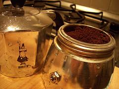 Der frisch gemahlene Kaffee oder Espresso wird sofort in die Espressokanne gefüllt