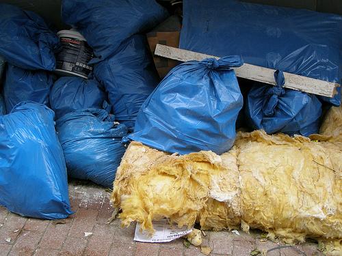 Glaswolle muss sicher verpackt und umweltgerecht entsorgt werden. So wie auf dem Bild sollte eine Entsorgung nicht aussehen...