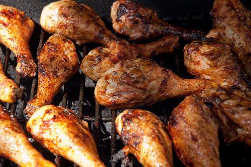 Hähnchenschenkel schmecken vom Holzkohlegrill besonders gut - wir zeigen die Zubereitung